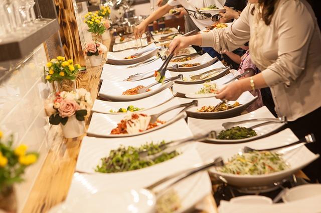 שולחן עמוס במאכלים שונים
