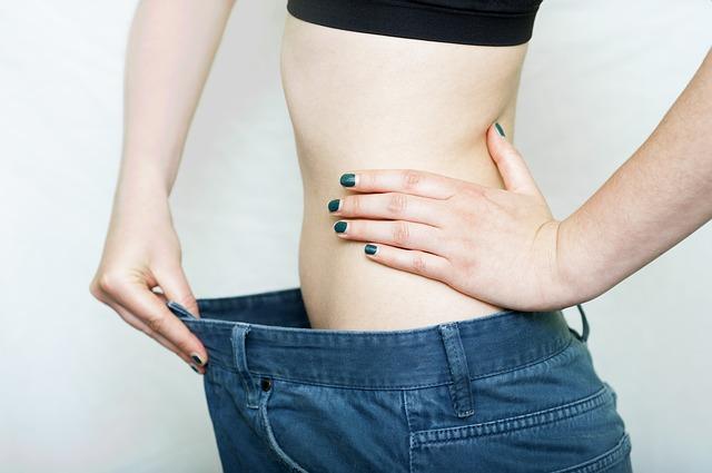 בחורה רזה מציגה ירידה גדולה במשקל