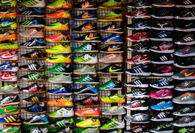 נעלי ספורט על מדפים בחנות ספורט