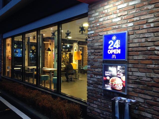 מסעדת מקדונלדס פתוחה 24 שעות ביממה