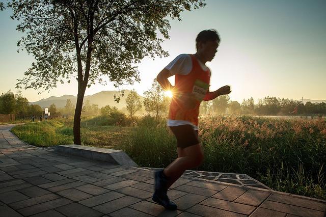 בחור רץ בריצת בוקר בחיק הטבע