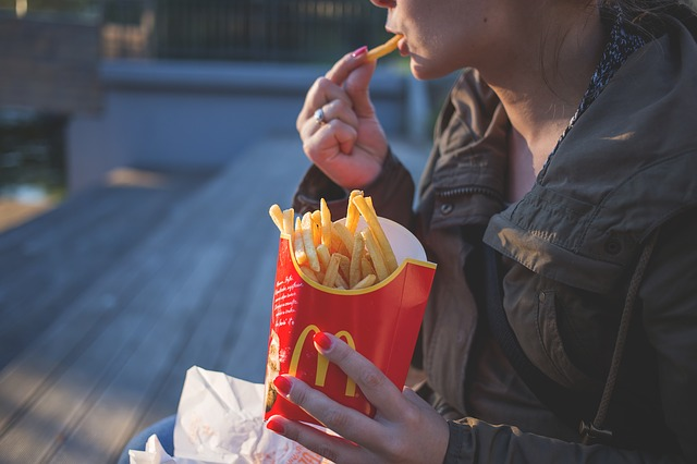 בחורה אוכלת ציפס של מקדונלדס