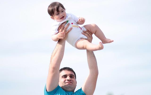 אב מרים את בנו הקטן