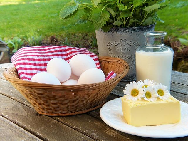 ארוחת בוקר עתירת חלבונים: ביצים גבינה וחלב