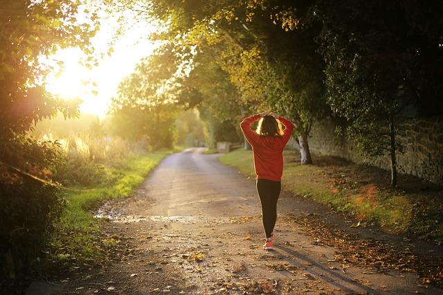 נערה מבצעת הליכה בחיק הטבע