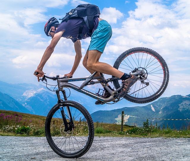 בחור רוכב על אופניים