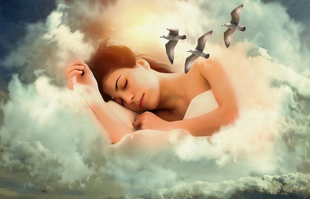 בחורה שקועה בשינה עמוקה עם מראה של עננים ושחפים ברקע
