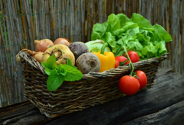 סלסלת נצרים עם ירקות שונים