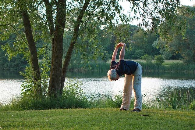 קשיש מבצע פעילות גופנית בפארק