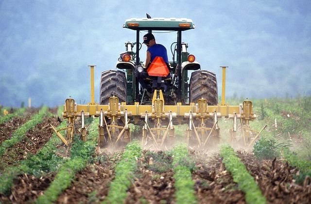 חקלאי מרסס שדה עם טרקטור