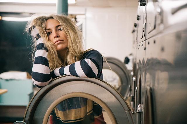 בחורה ליד פתח מכונת כביסה