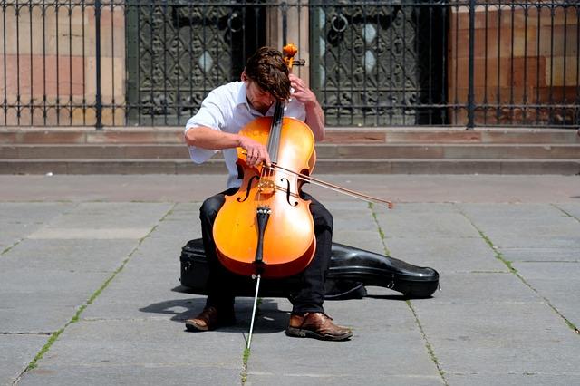 מוזיקאי מנגן בצ'לו ברחוב