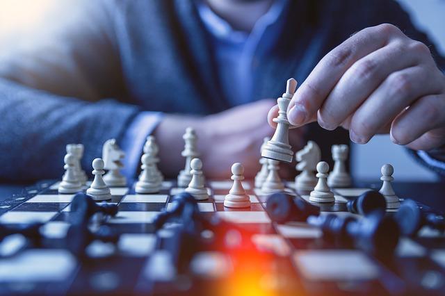 אדם משחק שחמט