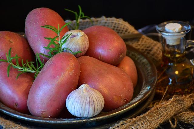 תפוחי אדמה אדומים בצלחת עם שום