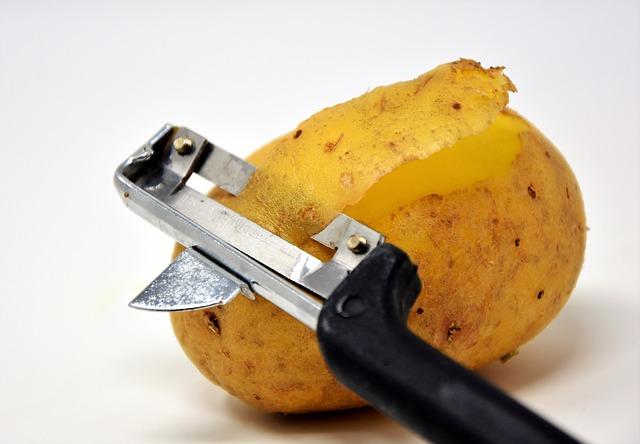 תפוח אדמה עם קולפן לקילוף הקליפה