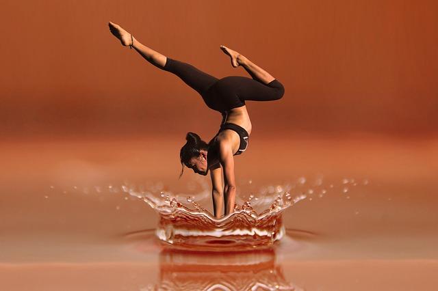עמידת ידיים על המים