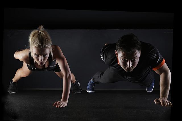 גבר ואישה מבצעים שכיבות סמיכה על יד אחת